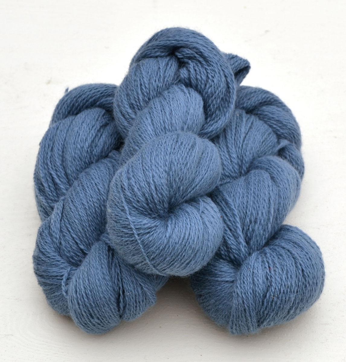 Ullcentrum 6/2-4141 Mittelblau auf weißer Wolle Nordic Blue on white Wool mellanblå